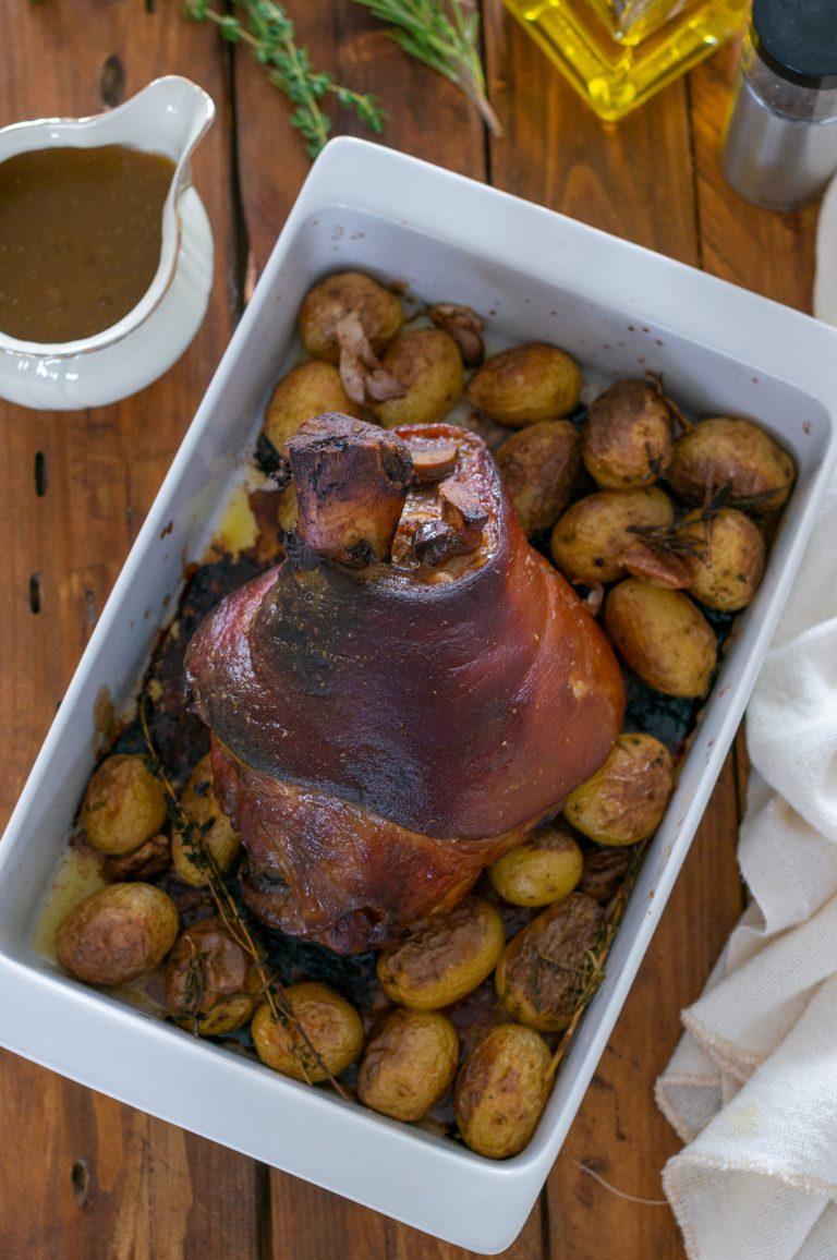 Печен свински джолан с хрупкава кожа и грейви сос