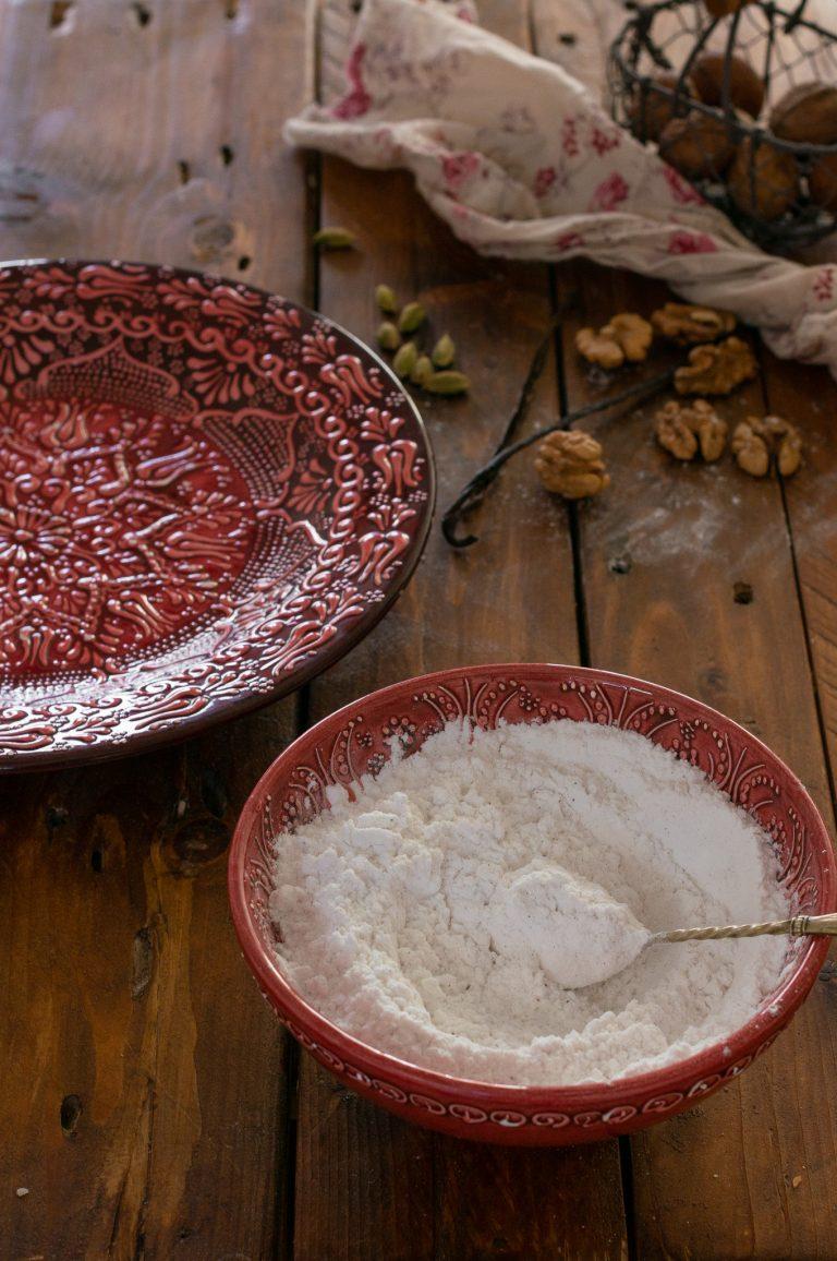 Ванилена пудра захар за овалване на ваниловите полумесеци