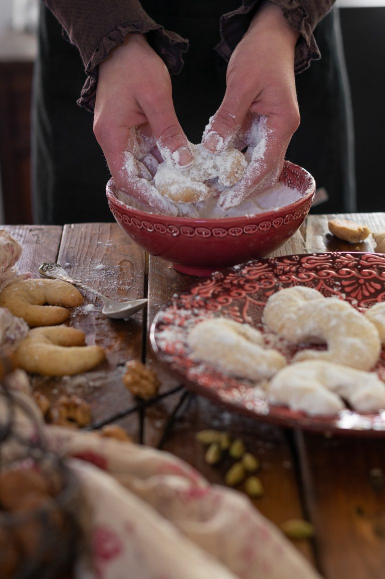 Овалване на изпечените сладки във ванилова пудра захар