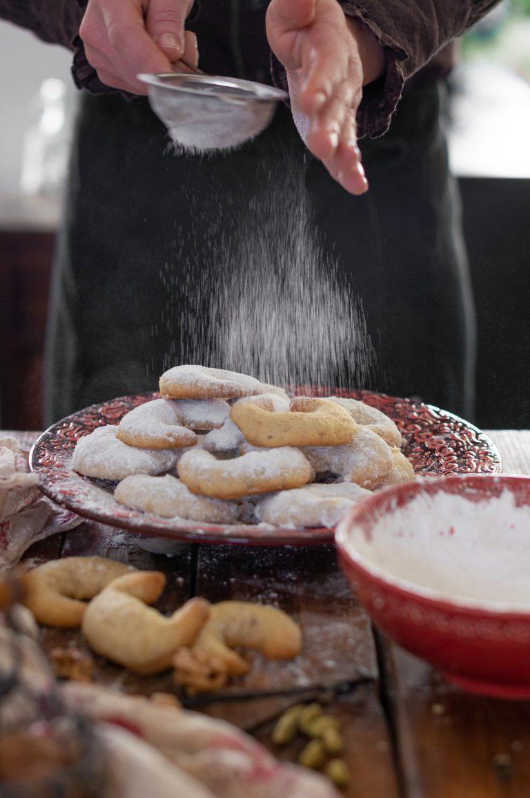 Поръсване на сладките с ванилова пудра захар