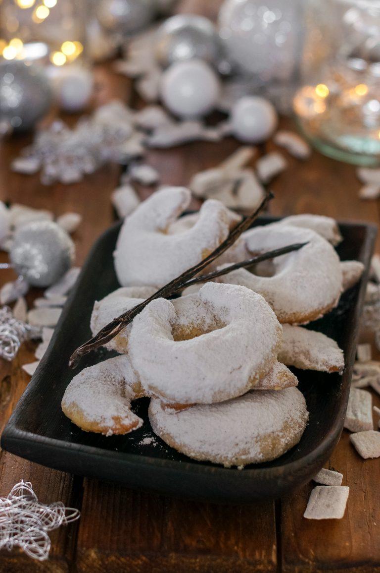 Ванилови полумесеци с орехи и кардамон