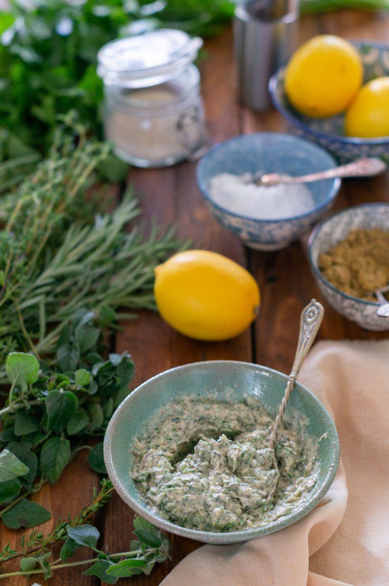 Смесени билки и подправки с масло и зехтин за овкусяване на пиле за печене