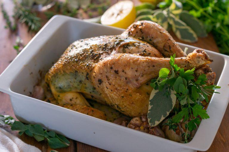 Печено цяло пиле с билки и чесън