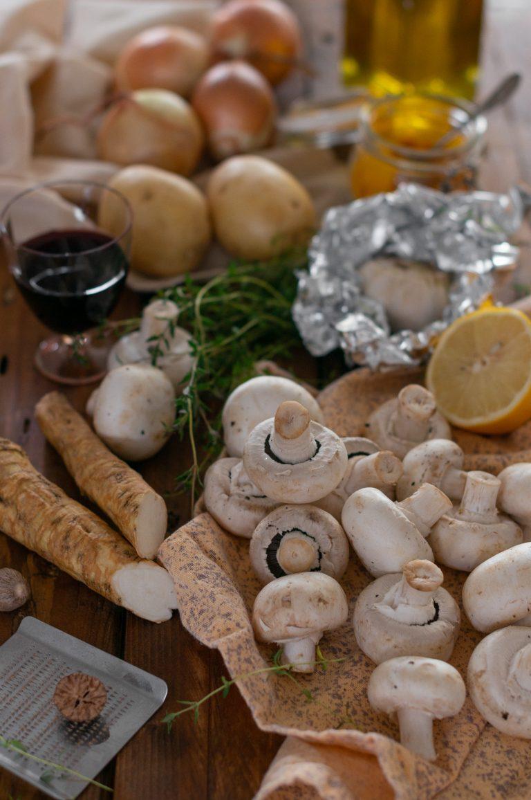 Гъби печурки, хрян, картофи, лук и подправки за гъста гъбена супа