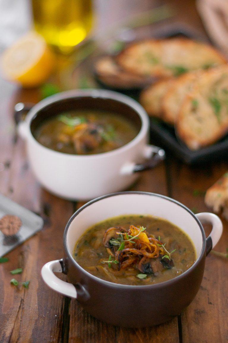 Гъста гъбена супа с хрян, печен чесън и карамелизиран с куркума лук