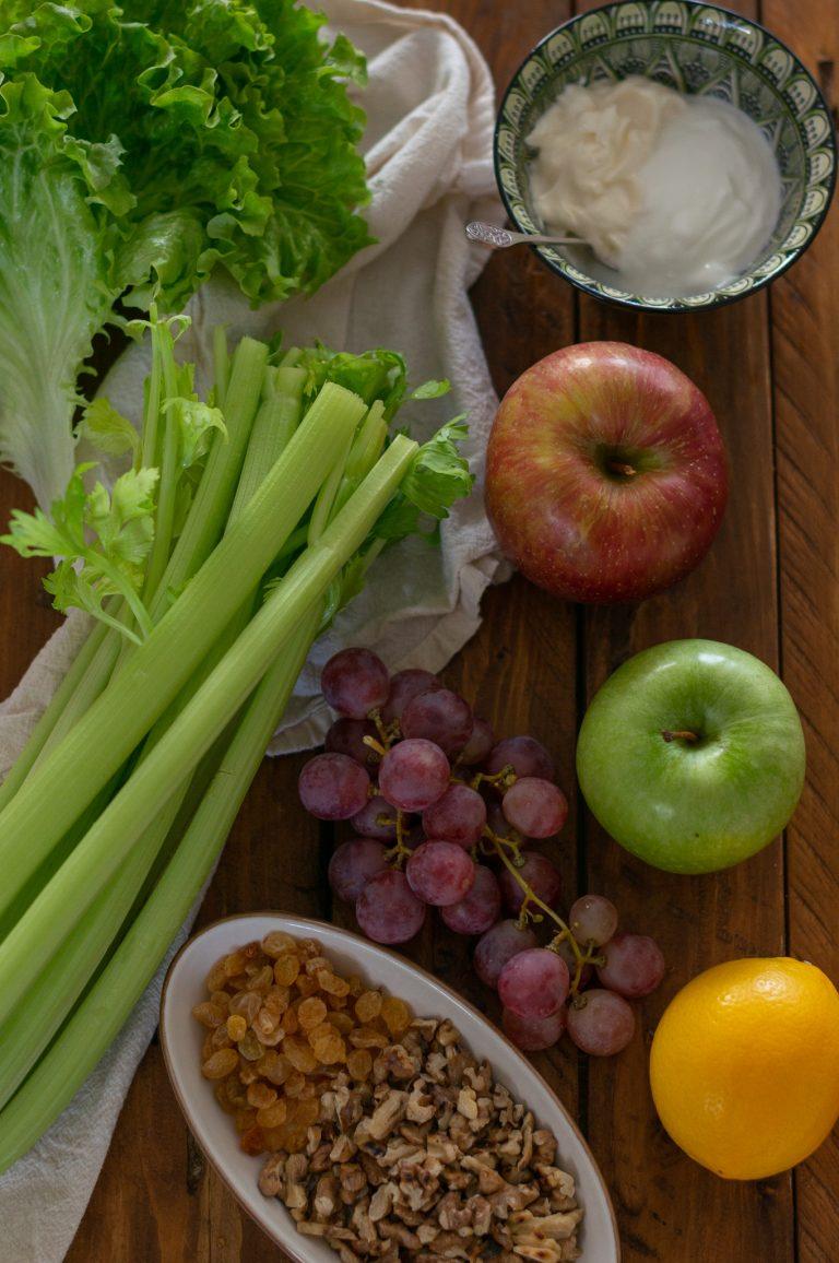 Ябълки, селъри, грозде, стафиди, орехи и подправки за салата Уолдорф