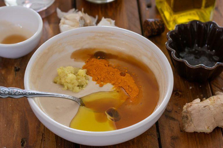 Добавяне на подправките към тахановия сос