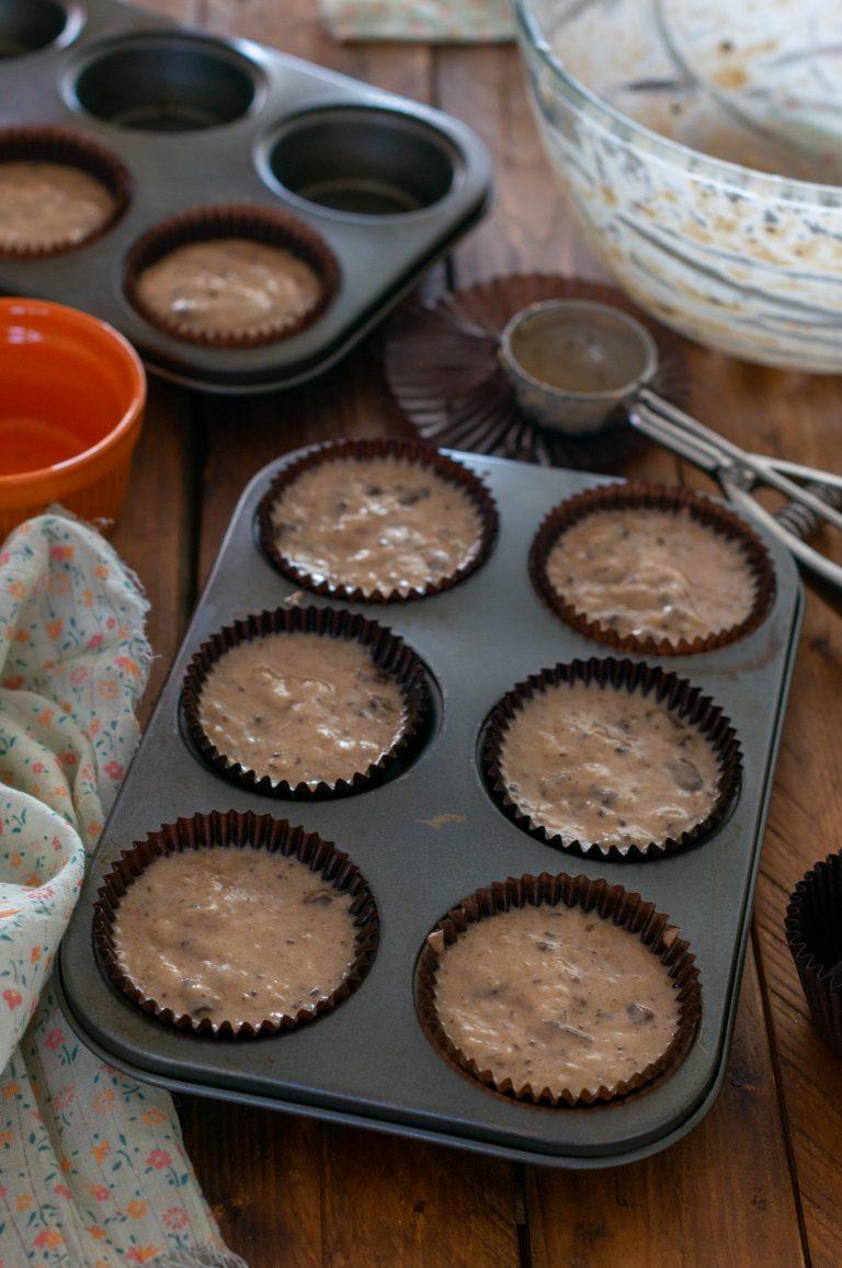 Разпределената смес за мъфините, готови за печене