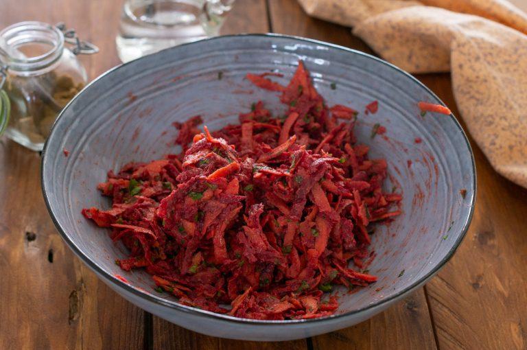 Готовата смес за кюфтета от моркови и червено цвекло