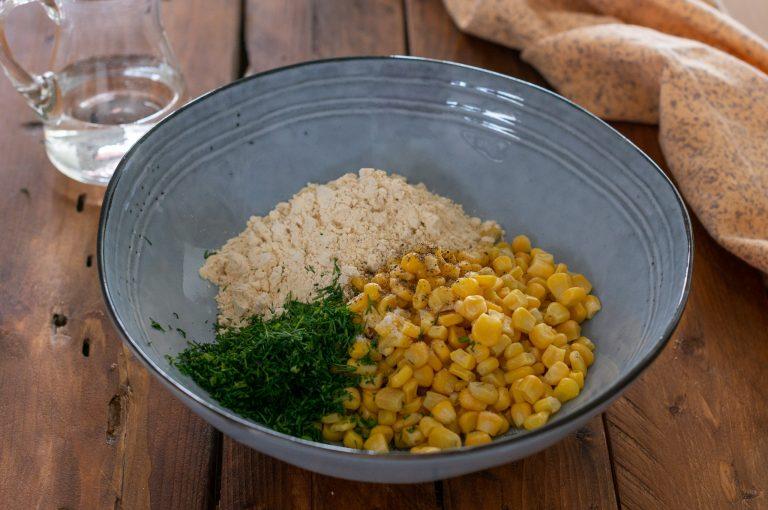 Смесване на царевичните зърна с брашното от нахут и подправките