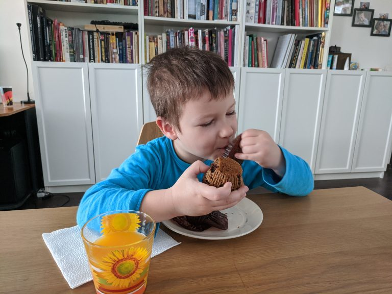 Дани закусва бананови мъфини с парченца шоколад