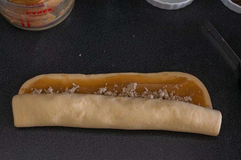 Тестото с плънката се навива на руло
