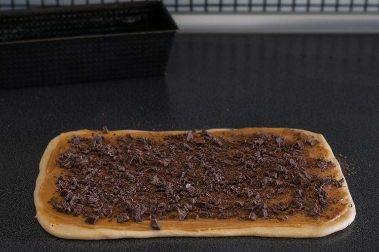 Шоколадът се поръсва върху сместа със сусамов тахан