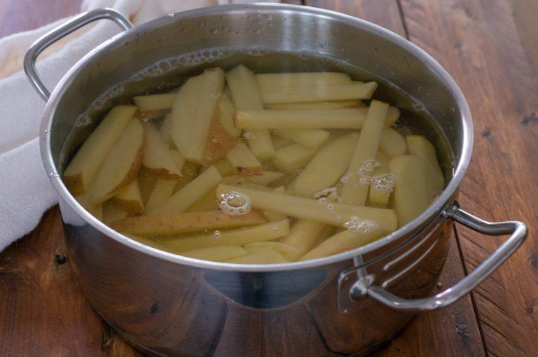 Подготвените за бланширане картофи