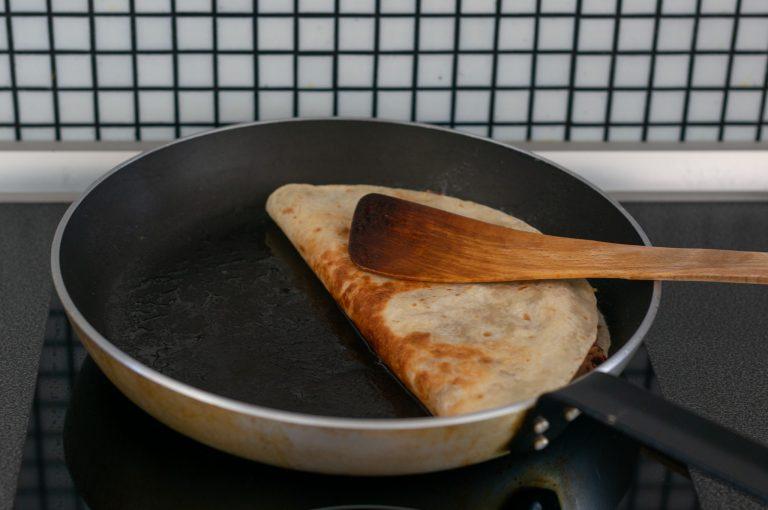 Приготвяне на кесадия с червен боб и сиренa