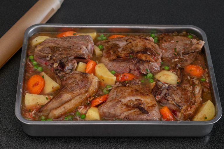 Подреждането на месото и зеленчуците в тавата