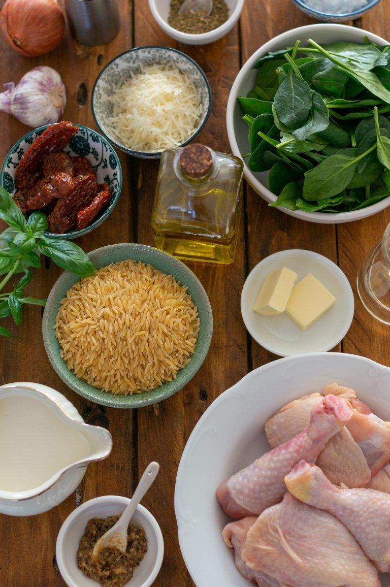 Продукти за пиле в кремообразно орзо със спанак и сушени домати