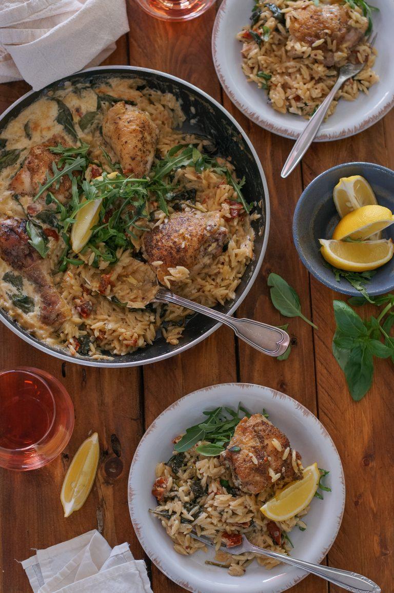 Пиле в кремообразно орзо със спанак и сушени домати