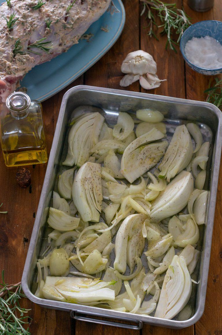 Подготвените лук и резене в тавата за печене