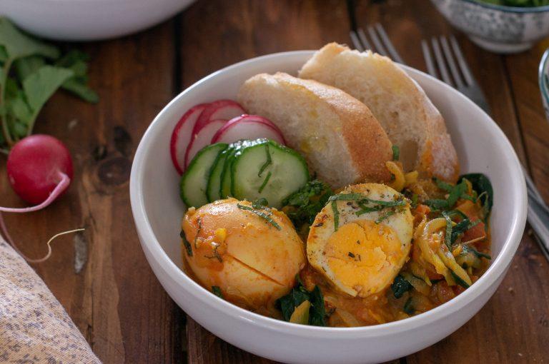Варени яйца в сос от карамелизиран лук и спанак