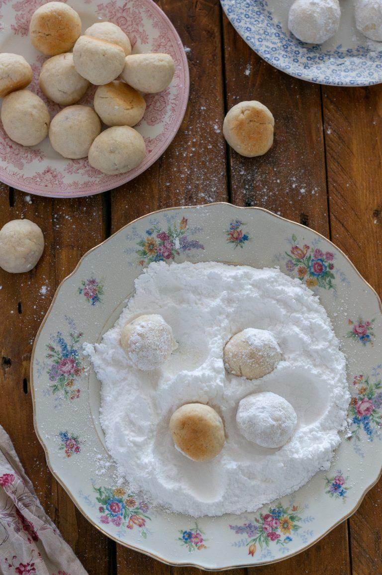 Овалване на топлите локумки в пудра захар