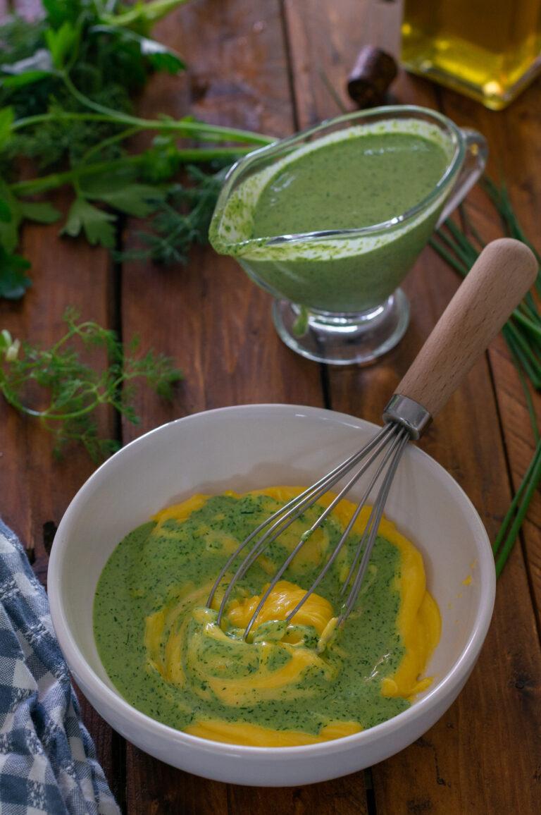 Зелен сос, който се смесва с майонеза за дресинг към аспержи на грил с варени яйца и булгур