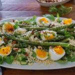 Аспержи на грил с булгур, варени яйца и зелен сос с майонеза