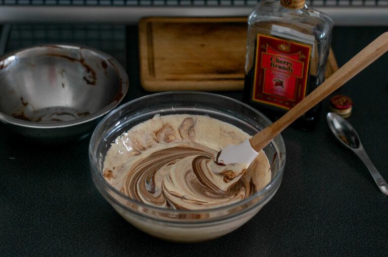 Разтопеният шоколад с маслото се добавят към жълтъчната смес