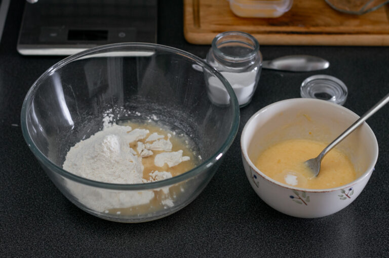 Смесват се брашното с мазнината и се разтриват до трохи