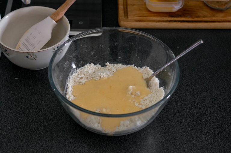 Смесените течни съставки се добавят към брашнената смес