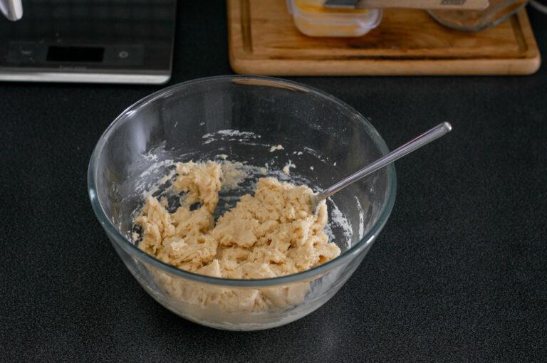 Разбъркват се докато се образува меко, леко лепкаво тесто