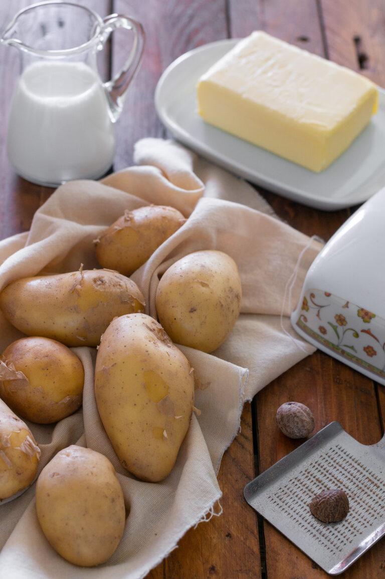 Картофи, масло, прясно мляко и индийско орехче за приготвяне на картофено пюре