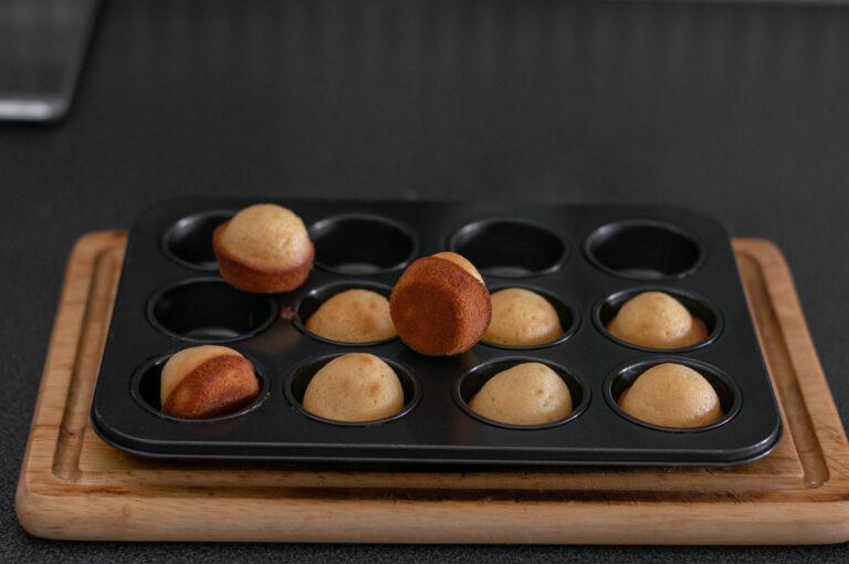 Изпеченото тесто за мадлени във форма за мини мъфини