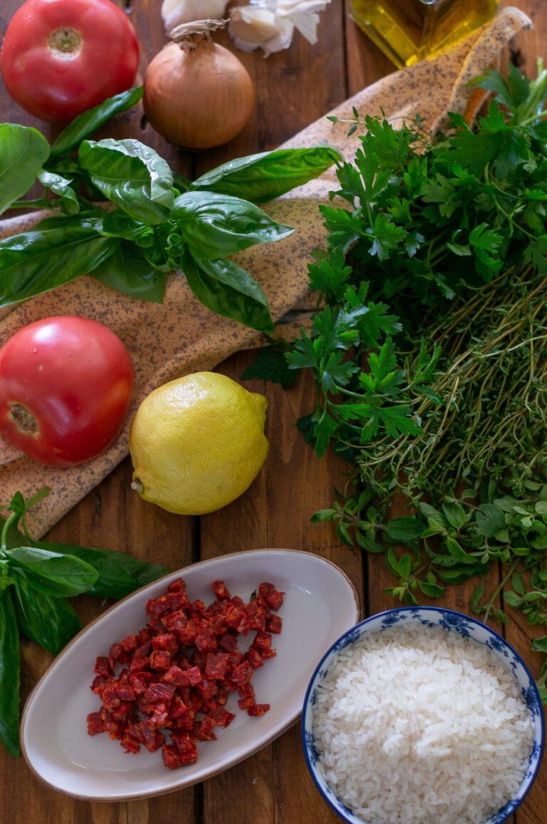 Ориз, чорисо, домати и билки