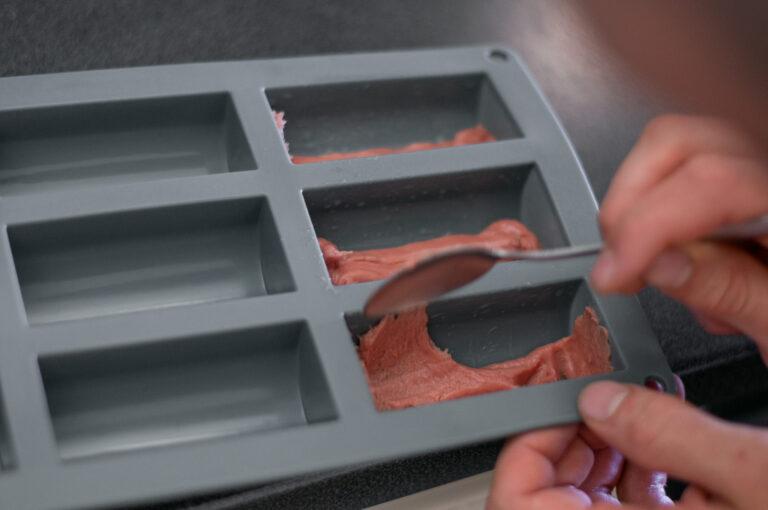 Фарсът се разпределя на тънък слой по дъното на формите