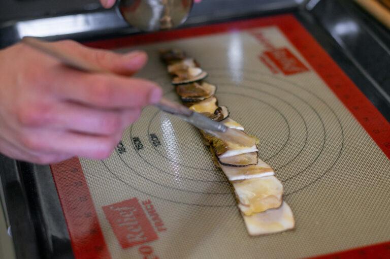 Манатарките с трюфелът се намазват с масло