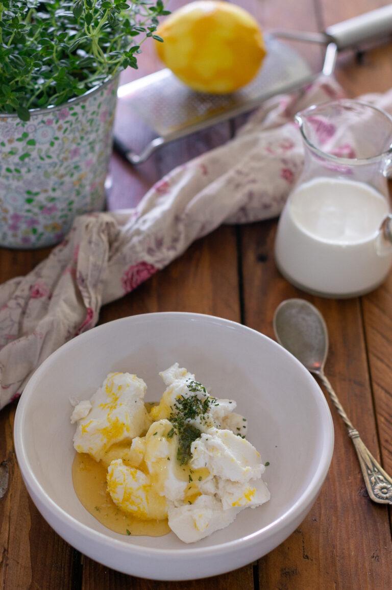 Рикота с мед, лимон и мащерка за гарниране на галет с череши
