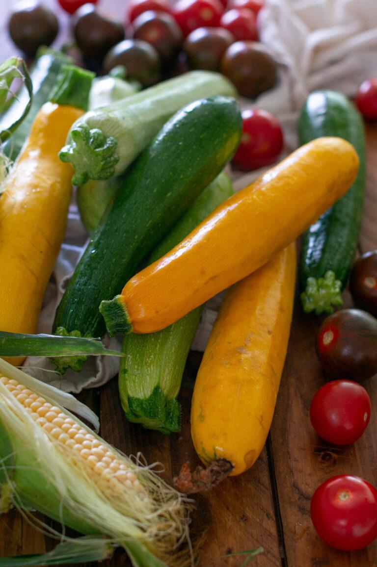 Тиквички, царевица и чери домати за лятна салата