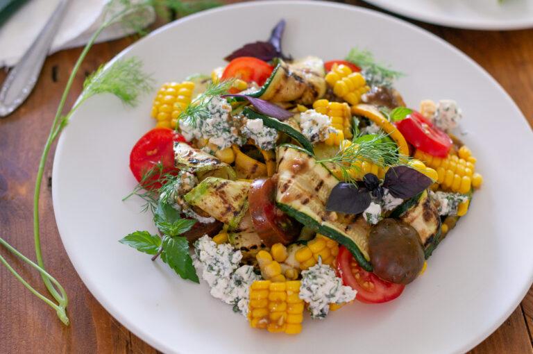 Лятна салата с тиквички на грил и билково сирене