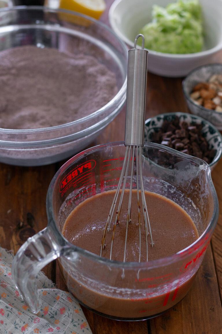 Смесване на течните съставки за веган шоколадови мъфини с тиквички