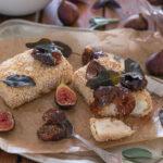 Панирана фета в сусам със сладко от смокини и хрупкава салвия