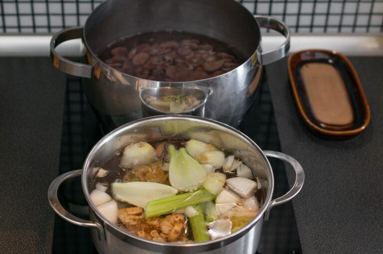 Приготвяне на бульон за соса и сваряване на боба