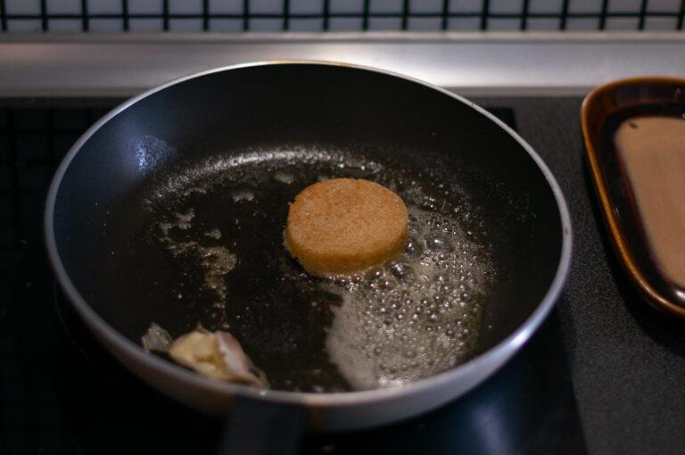 Филия от бриоша се запича на тиган с масло и чесън