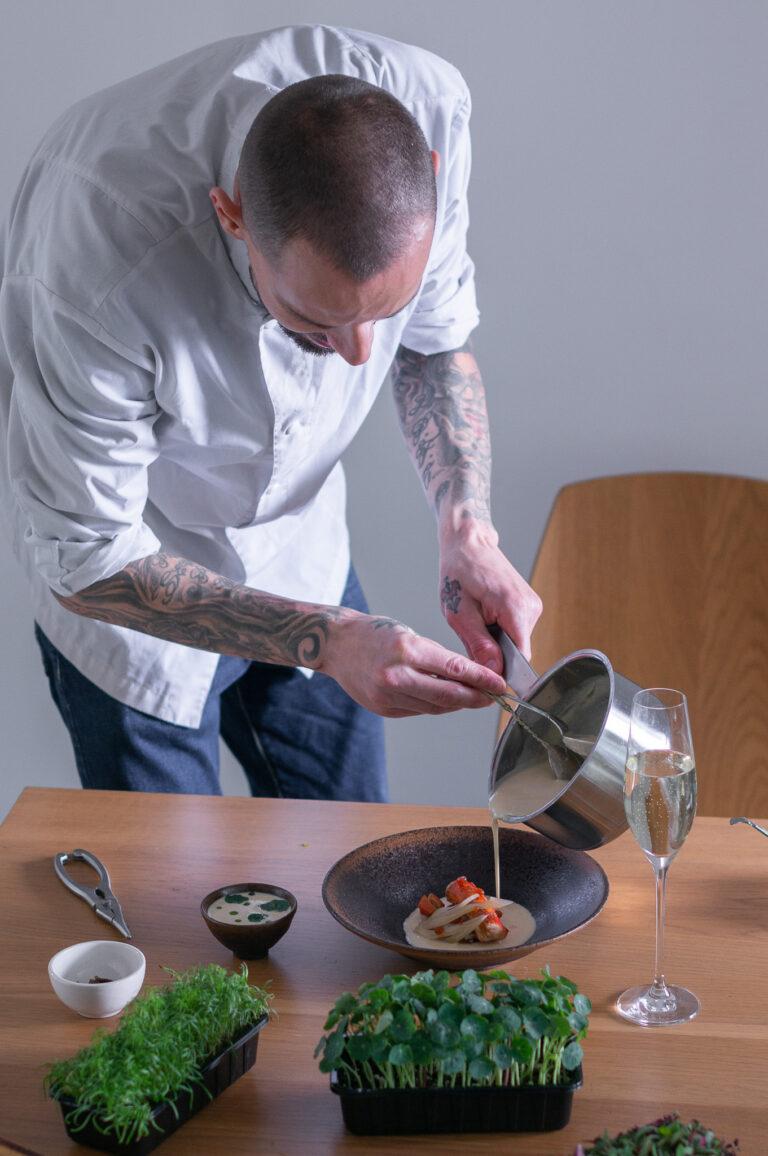Веселин Бойкинов аранжира ястието в чиния