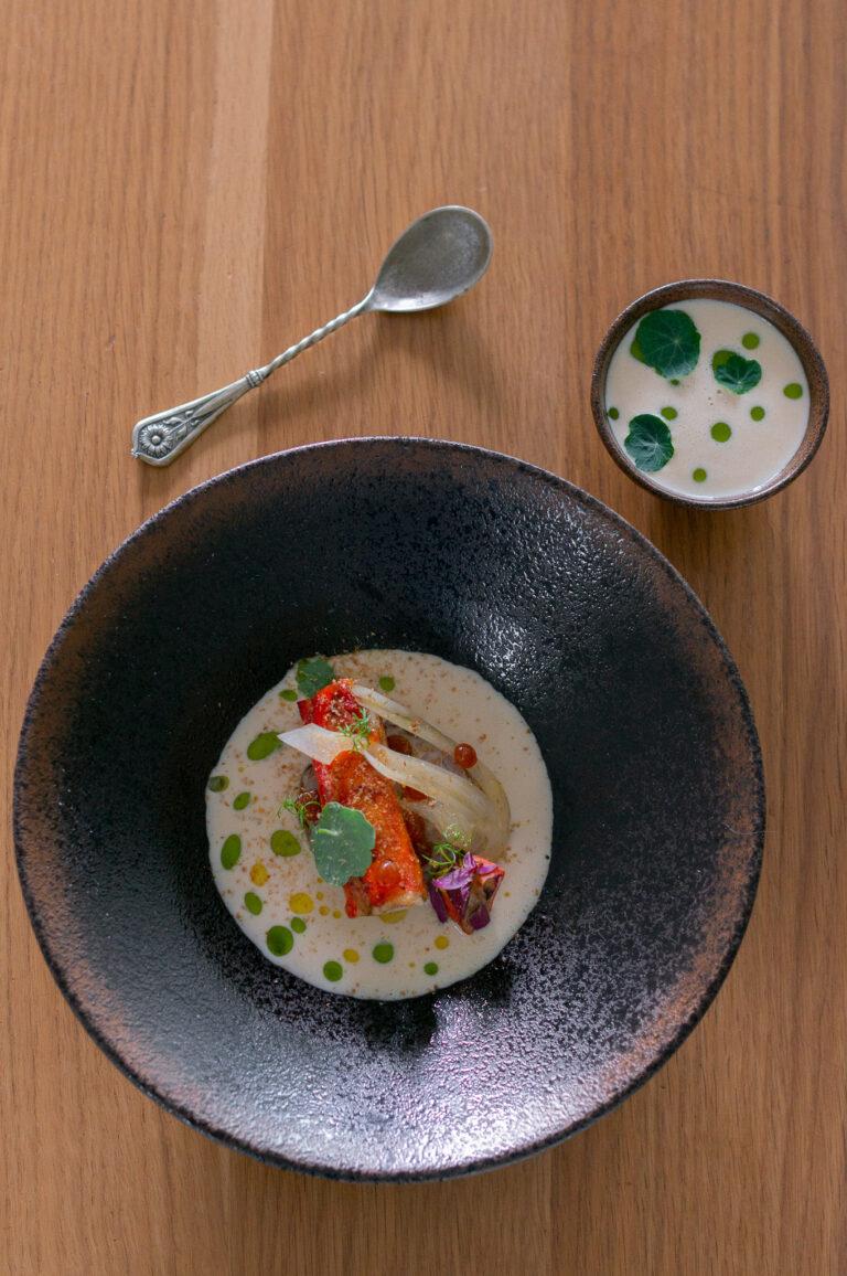Краб върху бриош със скариди с хумус от лунен боб, туршия от фенел и сос с пенливо вино
