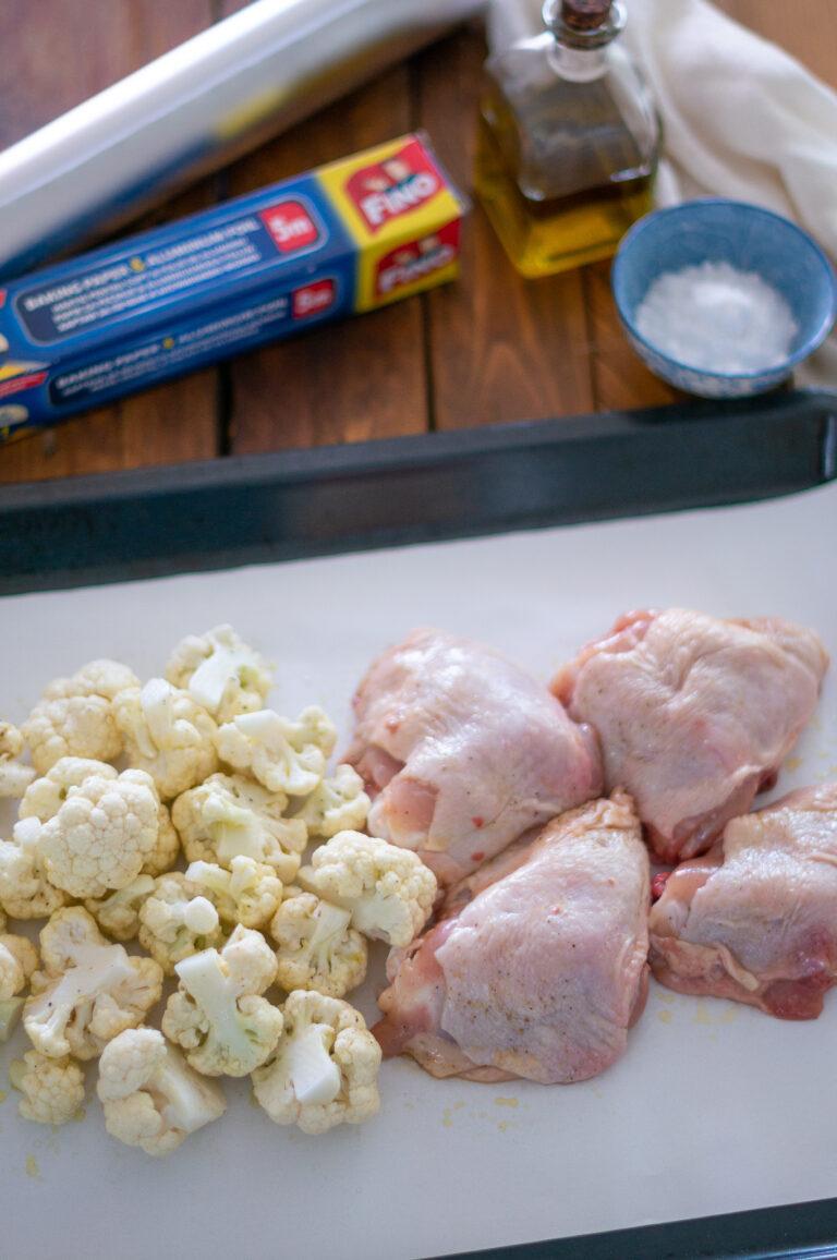 Подготовка на пилето и карфиола за задушаване във фолиото 2в1