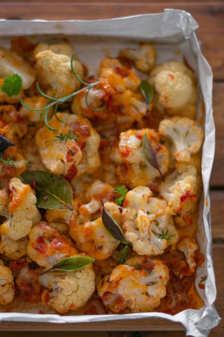 Запечен карфиол със зеленчуково-билков сос и сирена