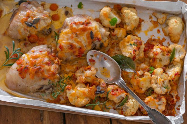 Печени пилешки бутчета с карфиол, билки и сирена