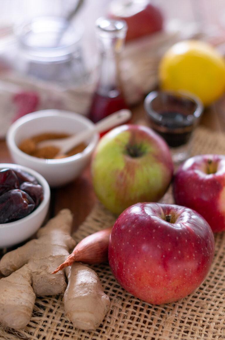 Ябълки, фурми, джинджифил и подправки за ябълково чатни