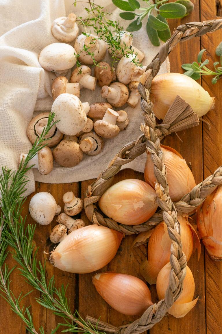 Воден лук, гъби и билки за тарт с карамелизиран лук, гъби и билки